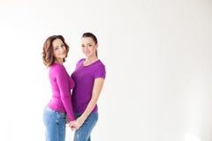 Женщины стоят совместно в пурпуре Стоковые Фото