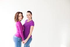 Женщины стоят совместно в пурпуре Стоковые Фотографии RF