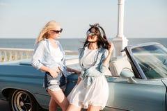 2 женщины стоя близко cabriolet в лете Стоковые Фото