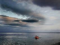 2 женщины стоя в воде моря Стоковое Изображение RF
