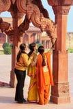 Женщины стоя в киоске ` s астролога в Fatehpur Sikri, Pr Uttar стоковые фотографии rf