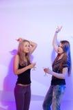 Женщины стоя в ряд провозглашающ тост Стоковое Изображение RF