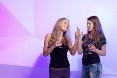 Женщины стоя в ряд провозглашающ тост Стоковые Изображения RF