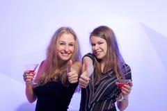 Женщины стоя в ряд провозглашающ тост Стоковая Фотография