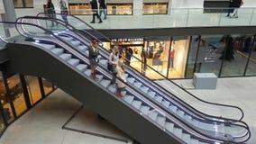 3 женщины стоя на идти вниз с эскалатора акции видеоматериалы