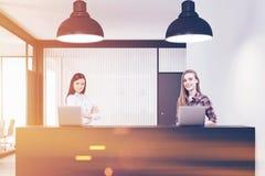 2 женщины стоя на приеме в тонизированном офисе, Стоковые Фото