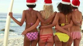 4 женщины стоя пока носящ шляпы рождества сток-видео
