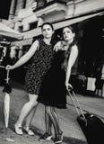 2 женщины стоя фронт гостиницы бистро Стоковые Фотографии RF