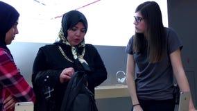 Женщины страны Ближний Востока покупая новое iphone видеоматериал