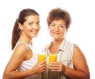 2 женщины с апельсиновым соком Мать и дочь Стоковые Фотографии RF