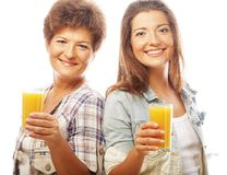 2 женщины с апельсиновым соком. Стоковая Фотография