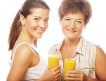 2 женщины с апельсиновым соком. Стоковая Фотография RF