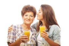 2 женщины с апельсиновым соком. Стоковые Фото