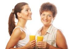 2 женщины с апельсиновым соком. Стоковое Фото