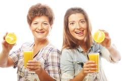 2 женщины с апельсиновым соком. Стоковые Изображения