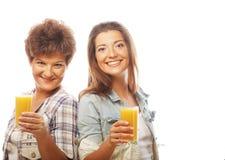 2 женщины с апельсиновым соком. Стоковые Фотографии RF