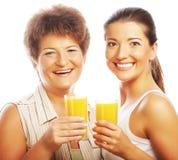 2 женщины с апельсиновым соком. Стоковое Изображение
