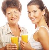 2 женщины с апельсиновым соком. Стоковое фото RF