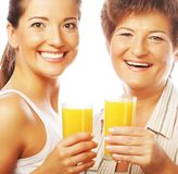 2 женщины с апельсиновым соком Стоковое Изображение RF