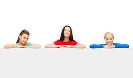 3 женщины с большой пустой белой доской Стоковые Фотографии RF