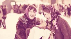 Женщины с блинчиком во время Shrovetide Стоковая Фотография