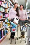 2 женщины с вагонеткой покупок в аптеке Стоковые Изображения RF