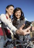 Женщины с велосипедом фотографируя Стоковое Фото