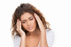 Женщины с головной болью. Красивые молодые женщины держа ее руки дальше Стоковые Фото