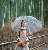 Женщины с зонтиком в бамбуковом лесе стоковые изображения