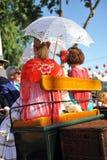 2 женщины с зонтиком в экипаже в Feria, Севилье лошади, пиршестве в Испании Стоковая Фотография