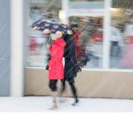 Женщины с зонтиком идя вниз с улицы Стоковая Фотография