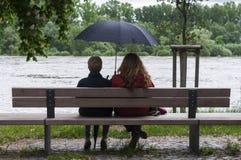 Женщины с зонтиком на стенде Стоковое Изображение RF