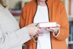 2 женщины с книгой Стоковое Изображение RF