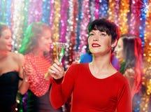 Женщины с коктеилями на партии Стоковое Фото