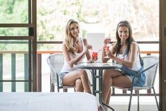Женщины с коктеилями в кафе Стоковое фото RF