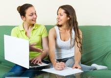 Женщины с компьтер-книжкой в домашнем интерьере Стоковое фото RF