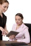 Женщины с компьютером таблетки Стоковое Изображение