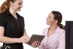 Женщины с компьютером таблетки Стоковое Фото
