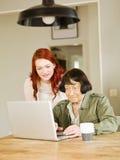 Женщины с компьютером Стоковые Фото