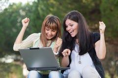 Женщины с компьютером Стоковая Фотография
