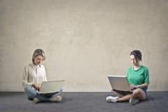 Женщины с компьютером Стоковые Изображения RF