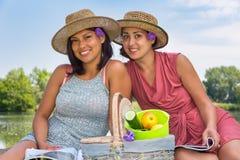 2 женщины с корзиной picknick в природе Стоковое Изображение