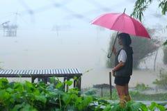 Женщины с красным зонтиком Стоковая Фотография RF
