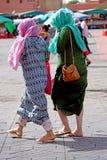 2 женщины с красочными одеждами идя в Marrakech Стоковая Фотография RF