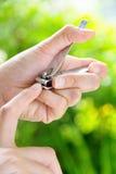 Женщины с клипером ногтя Стоковое Фото