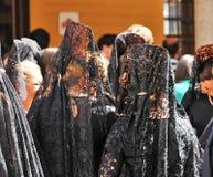 Женщины с мантильей, святой неделей в Севилье, Андалусия, Испания Стоковое Изображение