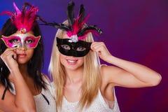 2 женщины с масками масленицы венецианскими Стоковое Изображение RF