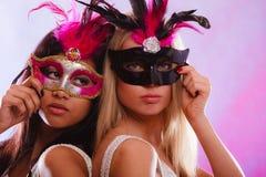 2 женщины с масками масленицы венецианскими Стоковое Фото