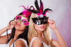 2 женщины с масками масленицы венецианскими Стоковые Изображения