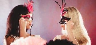 2 женщины с масками масленицы венецианскими Стоковое Изображение